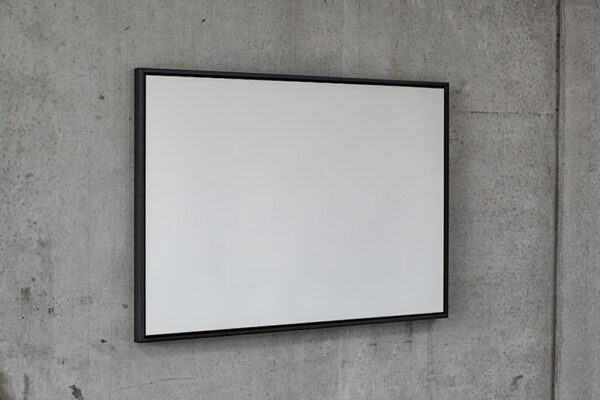 Et specialproduceret spejl med sort ramme